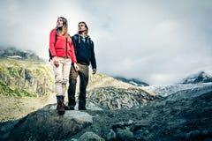 Giovani coppie che fanno un'escursione nelle alpi svizzere Immagini Stock Libere da Diritti