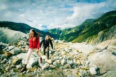 Giovani coppie che fanno un'escursione nelle alpi svizzere Fotografie Stock