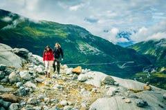 Giovani coppie che fanno un'escursione nelle alpi svizzere Fotografia Stock Libera da Diritti