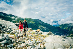 Giovani coppie che fanno un'escursione nelle alpi svizzere Immagini Stock
