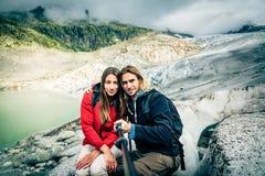 Giovani coppie che fanno un'escursione nelle alpi svizzere, prendenti un Selfie Fotografia Stock