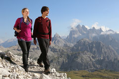Giovani coppie che fanno un'escursione nelle montagne Fotografia Stock Libera da Diritti
