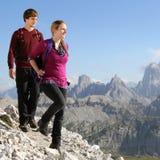 Giovani coppie che fanno un'escursione nelle montagne Immagine Stock