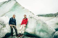 Giovani coppie che fanno un'escursione sul ghiacciaio Fotografia Stock Libera da Diritti