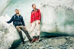 Giovani coppie che fanno un'escursione sul ghiacciaio Fotografia Stock