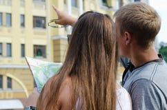 Giovani coppie che fanno un giro turistico Fotografia Stock Libera da Diritti