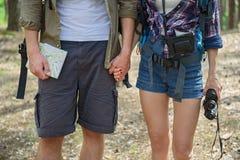 Giovani coppie che fanno viaggio in foresta immagini stock libere da diritti