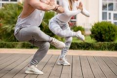 Giovani coppie che fanno yoga all'aperto immagine stock libera da diritti