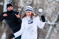 Giovani coppie che giocano all'aperto. Fotografia Stock Libera da Diritti