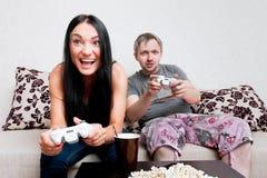 Giovani coppie che giocano gioco di computer Immagini Stock