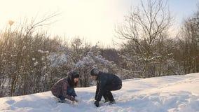 Giovani coppie che giocano nella neve al parco nevoso archivi video