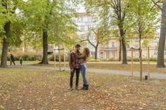 Giovani coppie che godono del tempo nel parco della città immagine stock libera da diritti