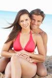 Giovani coppie che godono della festa della spiaggia Immagini Stock
