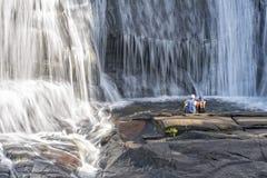 Giovani coppie che godono delle cadute di livello alla foresta dello stato di Du Pont Fotografia Stock Libera da Diritti