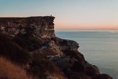 Giovani coppie che godono di una vista di oceano dalla cima di una montagna immagine stock