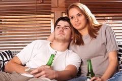 Giovani coppie che guardano TV Immagini Stock Libere da Diritti