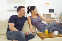 Giovani coppie che guardano TV Fotografie Stock Libere da Diritti