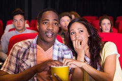Giovani coppie che guardano un film fotografie stock