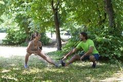 Giovani coppie che hanno addestramento nel parco Fotografia Stock