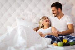 Giovani coppie che hanno avere periodi romantici in camera da letto fotografie stock libere da diritti