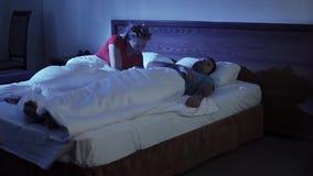 Giovani coppie che hanno conflitto di difficoltà di relazione video d archivio