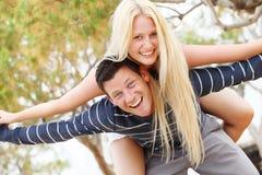 Giovani coppie che hanno divertimento Immagini Stock