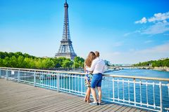 Giovani coppie che hanno una data a Parigi, Francia Fotografia Stock Libera da Diritti
