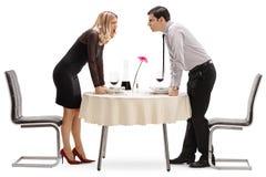 Giovani coppie che hanno una discussione ad una tavola del ristorante immagine stock