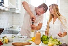 Giovani coppie che iniziano a bere un vino bianco a casa Fotografia Stock