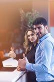 Giovani coppie che lavorano insieme su un computer portatile nell'ufficio concetti di lavoro di squadra Immagine Stock Libera da Diritti