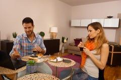 Giovani coppie che mangiano prima colazione in vacanza fotografie stock libere da diritti