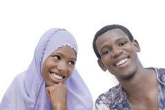 Giovani coppie che mostrano una bella complicità, isolata Fotografie Stock Libere da Diritti