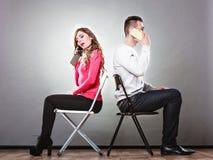 Giovani coppie che parlano sui telefoni cellulari Fotografia Stock
