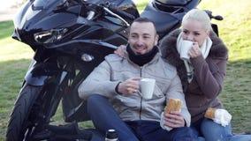 Giovani coppie che posano vicino alla bici del motore video d archivio