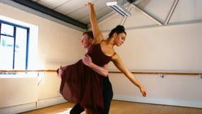 Giovani coppie che praticano un ballo di balletto stock footage