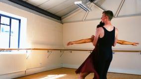 Giovani coppie che praticano un ballo di balletto archivi video