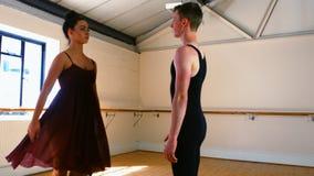 Giovani coppie che praticano un ballo di balletto video d archivio