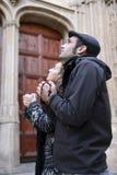 Giovani coppie che pregano al dio che usando le perle di preghiera Fotografia Stock Libera da Diritti