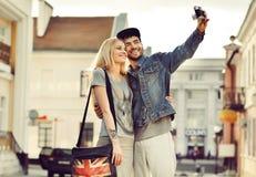 Giovani coppie che prendono la foto dell'autoritratto alla vecchia macchina fotografica Fotografie Stock