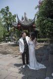Giovani coppie che prendono le foto di nozze nell'area scenica fotografia stock