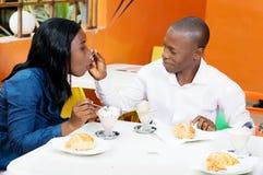 Giovani coppie che ripartono un vetro di vino rosso in ristorante, celebrat Immagini Stock Libere da Diritti