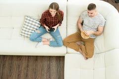 Giovani coppie che riposano nel paese fotografia stock libera da diritti