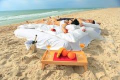 Giovani coppie che riposano nella base Immagini Stock