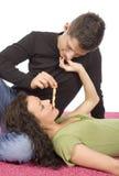 Giovani coppie che si alimentano la torta del rullo Fotografia Stock