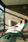 Giovani coppie che si distendono nella stazione termale di wellness Fotografie Stock