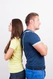 Giovani coppie che si levano in piedi di nuovo alla parte posteriore Immagini Stock