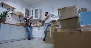 Giovani coppie che si muovono nella loro nuova casa fotografie stock