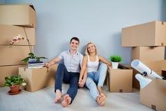 Giovani coppie che si muovono verso un nuovo appartamento fotografia stock libera da diritti