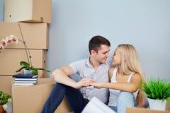 Giovani coppie che si muovono verso un nuovo appartamento fotografia stock