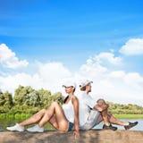 Giovani coppie che si rilassano all'aperto Fotografia Stock